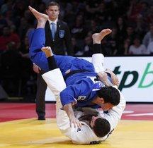 Varlam Liparteliani de Georgia (blanco) en acción con Aaron Wolf de Japón (azul) durante la final masculina de judo de 100 kg, durante el torneo de judo de Grand Slam de París.