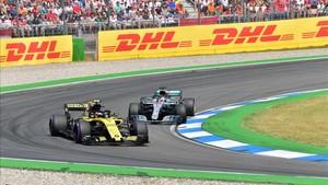 Sainz siendo adelantado por Hamilton en el inicio de la carrera