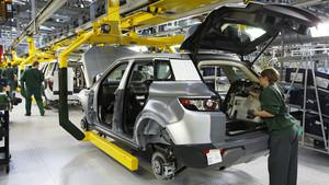 Trabajadores de Jaguar-Land Rover ensamblando un vehículos.