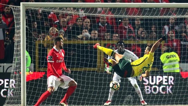 El Benfica sufre pero remonta y sigue presionando al Oporto