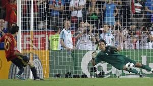 Cesc supera a Buffon en la tanda de penalties de Viena en 2008