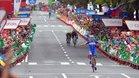 Gilbert entrando a meta con Aranburu y Barceló detrás