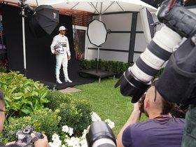 Hamilton, posando para los fotógrafos en Australia
