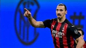Ibra consiguó un doblete en el derbi ante el Inter