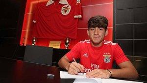 Lacava en el momento de firmar por el Benfica
