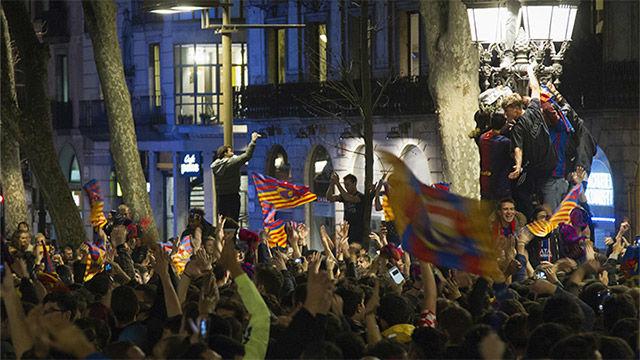 Locura en Canaletas tras la remontada del Barça