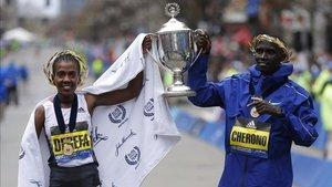 Los dos ganadores de la maraton de Boston.