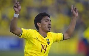 Mena, celebrando el gol que daba el 2-2 a Ecuador