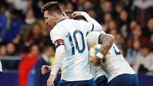 Messi felicitando a Lautaro tras su gol
