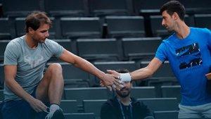 Nadal y Djokovic se saludan antes de entenar juntos el sábado