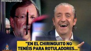 Rajoy le firma sus memorias a un reportero de El Chiringuito y pasa esto: