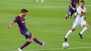 Sergi Roberto, en acción durante el Barça-Elche de Trofeo Gamper