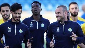 Sneijder, a la derecha, durante su entrenamiento con su club catarí