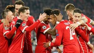 Tolisso, autor de dos goles, recibe la felicitación de sus compañeros