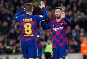 Arthur y Leo Messi celebran tras marcar un gol en el partido de octavos de final de la Copa del Rey entre el FC Barcelona y el Leganés disputado en el Camp Nou.