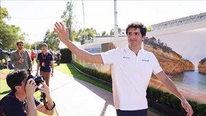 Carlos Sainz, en el paddock de Albert Park