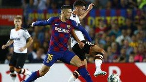 Lenglet defiende un balón ante el Valencia
