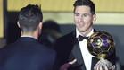 Leo Messi y Cristiano Ronaldo (de espaldas) durante la entrega del último Balón de Oro