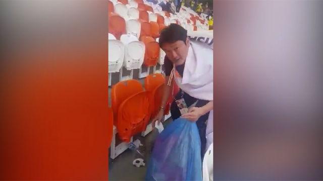 Los aficionados de Japón limpian el estadio después de ganar a Colombia