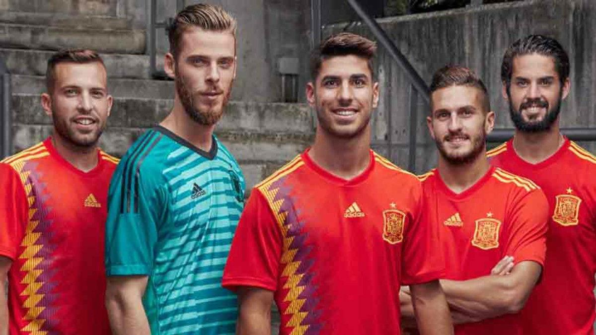 Los jugadores de la selección española lucen la nueva camiseta
