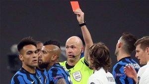 El momento de la expulsión de Arturo Vidal durante el Inter - Real Madrid