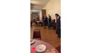 Monjas bailando Queen