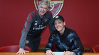 Özil estampó la firma al lado de Wenger