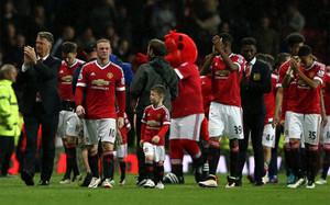 La plantilla y el cuerpo técnico del United saludaron a la afición tras el pitido final
