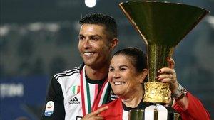 Ronaldo junto a su madre en una imagen de archivo