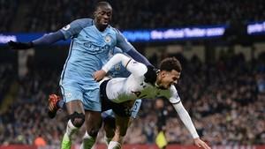 Touré mostró su indignación por el arbitraje de Marriner en el duelo frente al Tottenham