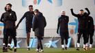 Yerry Mina (segundo por la izquierda) y Ernesto Valverde (tercero) durante un entrenamiento del FC Barcelona