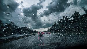 Conducir durante una tormenta es peligroso y hay que extremar las precauciones.