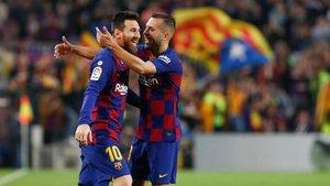 Alba abraza a Messi tras marcar el argentino contra el Valladolid
