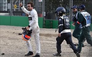 Alonso, tras salir de su monoplaza en Albert Park
