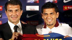Alves fue presentado el 2 de julio de 2008
