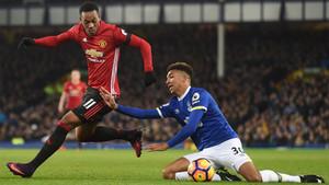 Anthony Martial (izquierda) supera al defensa Mason Holgate en el Everton - Manchester United de la Premier League