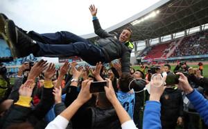 Cannavaro, manteado tras lograr el ascenso