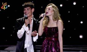 César Vicente entrega un premio en Los 40 Music Awards muy perjudicado