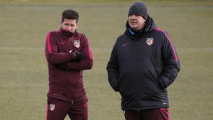 Cholo Simeone y el Mono Burgos durante un entrenamiento del Atlético de Madrid