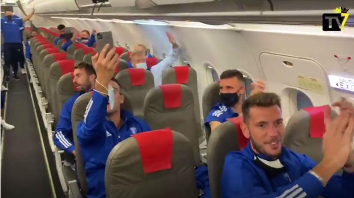 Euforia en el avión del Cádiz de vuelta a casa tras ganar al Madrid