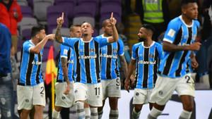 Everton y sus compañeros celebran el gol del triunfo