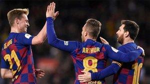 De Jong, Arthur y Messi celebran un gol
