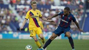 De Jong lucha un balón con un jugador del Levante