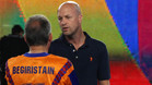 Jordi Cruyff departiendo con Txiki Begiristain en un momento del homenaje al Dream Team