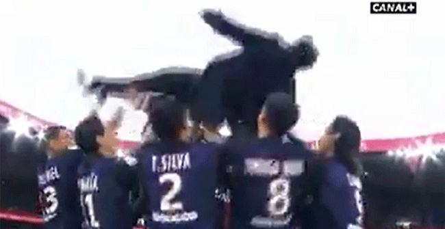 Lavezzi fue manteado en su despedida del PSG