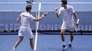 Los franceses Gasquet y Hugues Herbert celebran un punto del partido