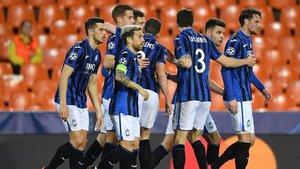 Los jugadores de la Atalanta en Mestalla en el encuentro de Champions.