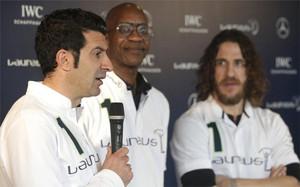 Luis Figo y Carles Puyol, junto al presidente de la Academia Laureus, Edwin Moses