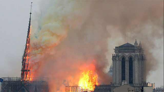 El momento de la caída en llamas de la histórica aguja de Notre Dame