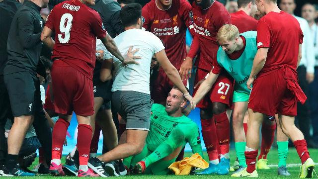 El momento en el que un aficionado lesionó a Adrián San Miguel